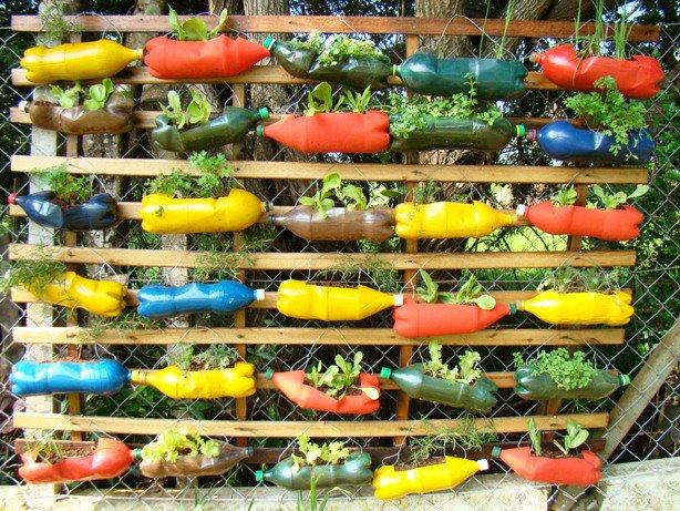 Come riutilizzare le bottiglie di plastica creando un for Arredo giardino in plastica