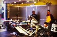 i meccanici del team SG Motors a lavoro sulla monoposto di Pezzolla