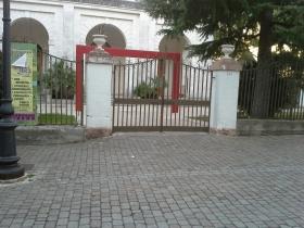 Cancelli chiusi alla casina municipale a selva di fasano - Fratelli diversi srl ...